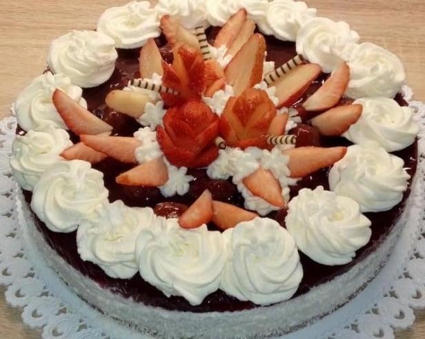 Výsledok vyhľadávania obrázkov pre dopyt Torta s jahodovým želé a šlahačkou