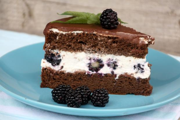 Čokoládovo smotanová torta s černicami - recept postup 2