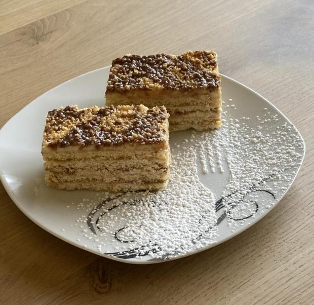 Medovo orechové rezy z marhuľovým džemom  - recept
