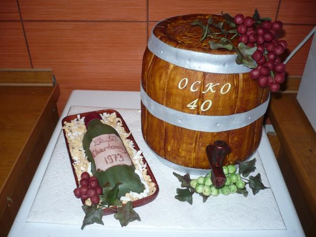 sud vína s fľašou torta,