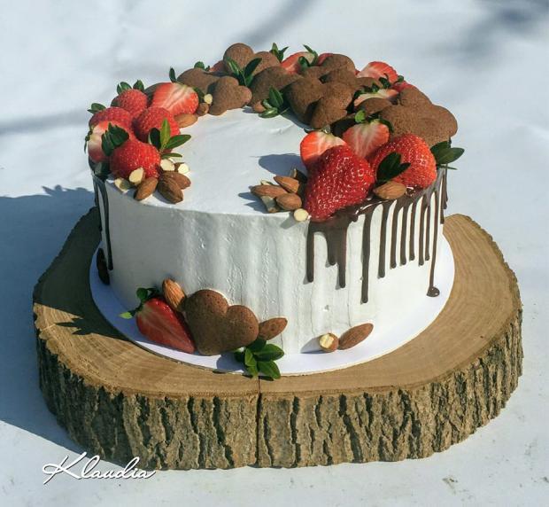 Torta s jahodami a medovými srdiečkami, Autor: TORTY Klaudia