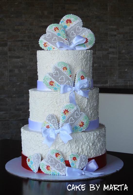 Folklórna svadobná torta s medovníčkami