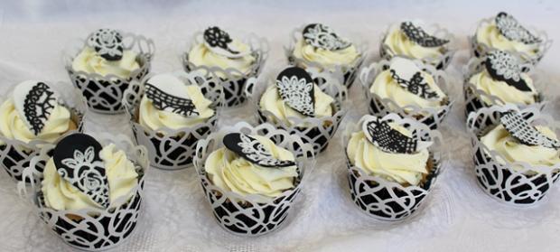 cc82aec6458a Čierno-biela narodeninová oslava torta