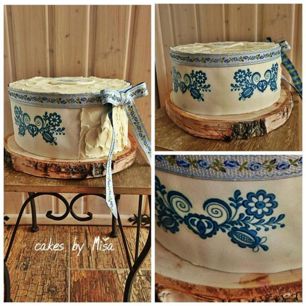 Folklórna torta s modrým motívom