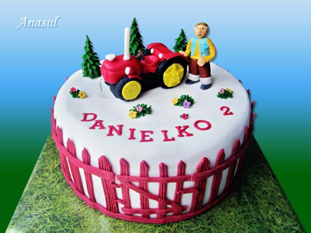 červený traktúrek z českej rozprávky torta, autíčka, vláčiky