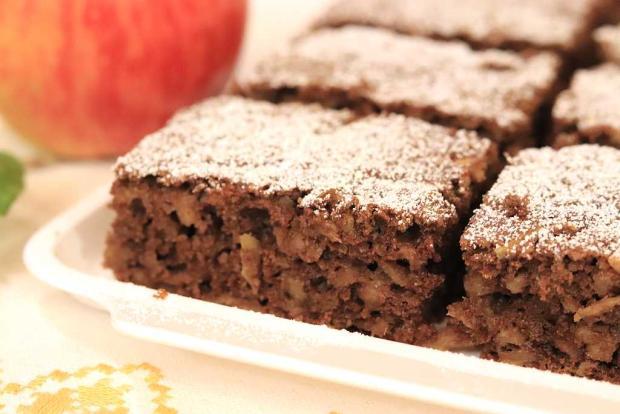 Hrnčekový jablkový koláč s kakaom a orechmi - recept postup 3