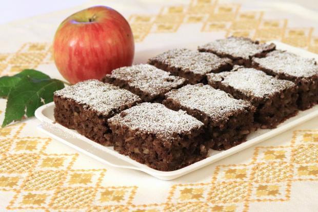 Hrnčekový jablkový koláč s kakaom a orechmi