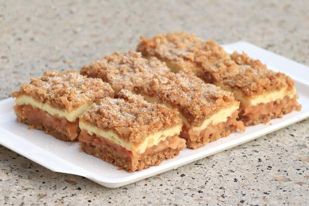 Hrnčekový jablkový koláč bez miesenia