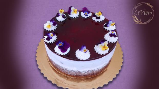 Čučoriedková torta a živé jedlé kvety 1