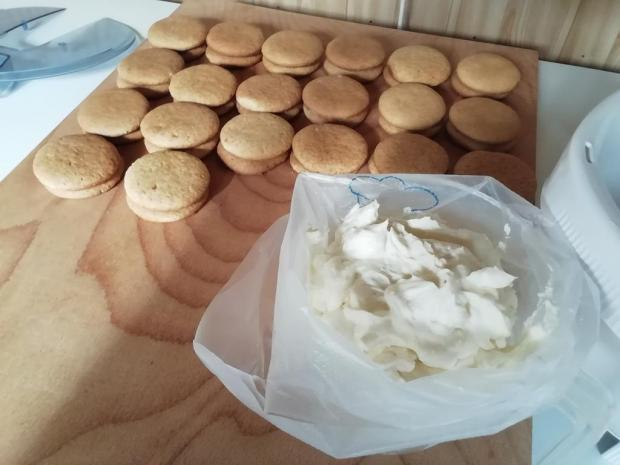 Medové kolieska plnené mascarpone a ovocím.  - recept postup 2