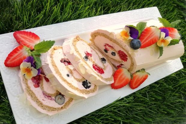 Mandľová roláda s tvarohovou plnkou a čerstvým ovocím - recept