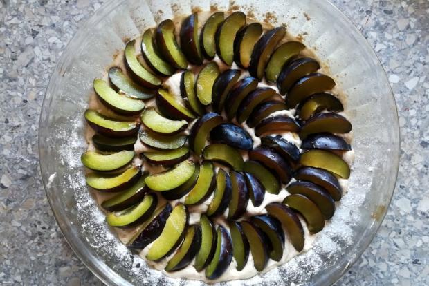 Slivkový koláč s orechovou posýpkou - recept postup 2