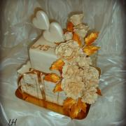 Bielo - zlatá svadobobná so smotanovými ružami