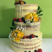 Torta nahá s kvetmi a ovocím