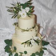 Torta svadobna kremova so zivymi kvietkami