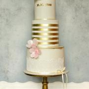 Torta Svadobná bielo zlatá s kvetmi z jedlého papiera