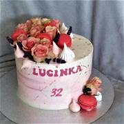 Torta Krémová s makrónkami, pusinkami a kvetmi
