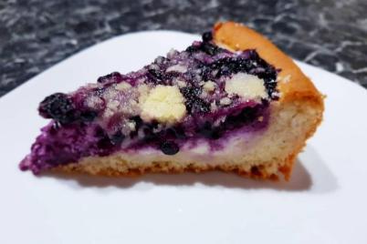 Čučoriedkový koláč s tvarohom a posýpkou - recept