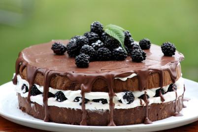 Čokoládovo smotanová torta s černicami - recept