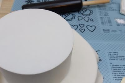 Potiahnutie tortičky - ostré hrany  - foto postup