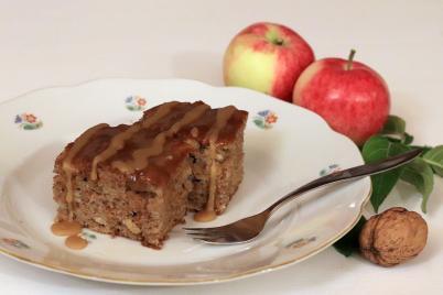 Jablkovo orechový koláč s karamelovou polevou - recept