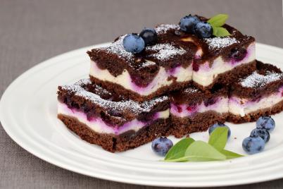 Hrnčekový kakaovo - tvarohový koláč s ovocím - recept