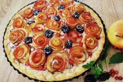 Ovocný koláč s jablkovými ružičkami - recept