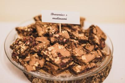 Vianočné brownies s malinami a orechami - recept