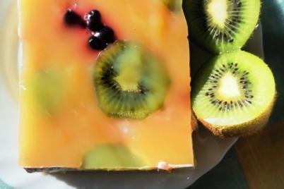 Kiwi koláč s čučoriedkami a smotanou - recept
