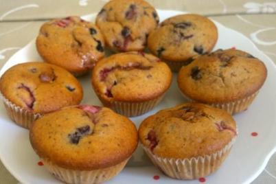 Čučoriedkovo-jahodové hrnčekové muffiny plnené bielou čokoládou - recept